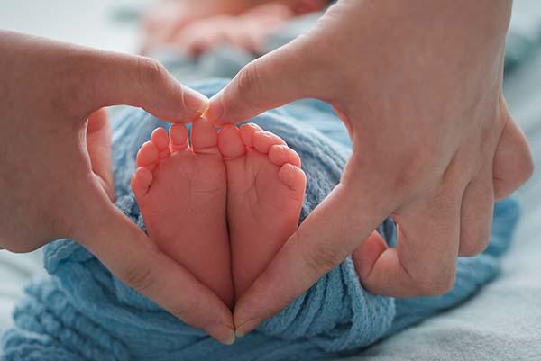揪心!1岁宝宝摔下沙发致脑出血!儿童意外摔伤,意外保险能赔吗?
